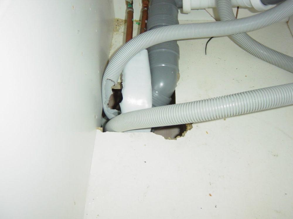 Gnag på rør til oppvaskmasking som medførte vannlekkasje.